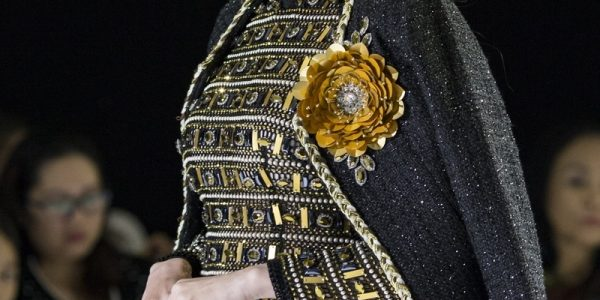 Diệp Bảo Ngọc mặc trang phục hơn 20 kg trên sàn diễn
