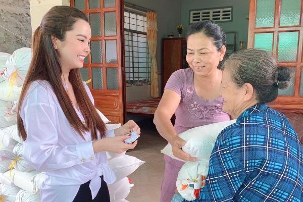 Huỳnh Vy gửi tặng 1 tấn gạo cho các cụ già neo đơn tại Đồng Tháp