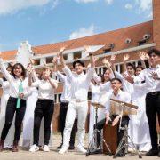Đan Trường diện đồng phục học trò, hát lại hit 'Nắng sân trường'