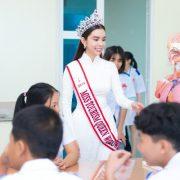 Huỳnh Vy đẹp dịu dàng, làm đại sứ ngôi trường xưa từng theo học
