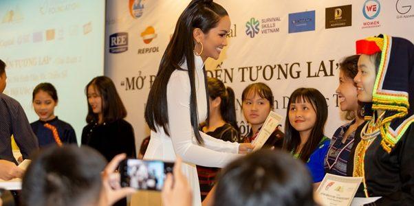 Hoa hậu H'Hen Niê khác lạ với mái tóc dài, duyên dáng trong áo dài trắng