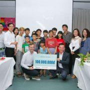 H'Hen Niê trao 100 triệu đồng cho trẻ em có hoàn cảnh đặc biệt của Blue Dragon Children's Foundation