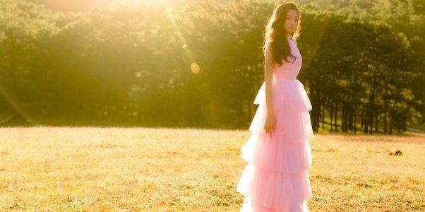 """Hoa hậu Lương Thuỳ Linh """"hoá nàng thơ"""" giữa đồi cỏ hồng"""