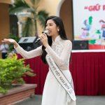 Á hậu Thúy Vân trở về trường cấp 3, trao học bổng 20 triệu đồng