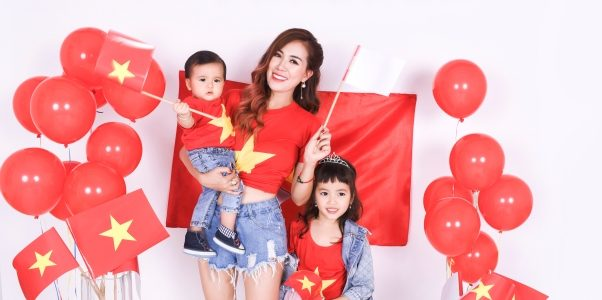 Diễn viên Mai Thỏ cùng 2 nhóc tì chụp ảnh cổ vũ đội tuyển Việt Nam