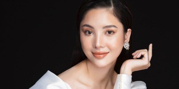 Hoa hậu Mỹ Huyền kiêu sa chụp hình cùng vương miện