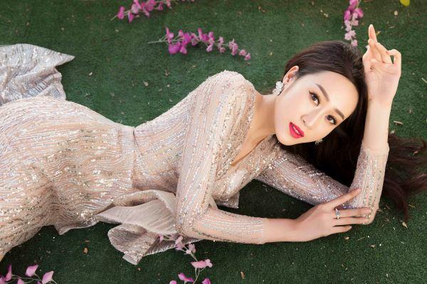 Hoa khôi Anika Trinh Trinh diện váy pha lê xuyên thấu
