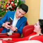 Phi Thanh Vân cười tít mắt khi ngồi ghế massage KLC
