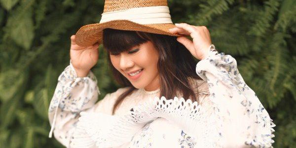 Hoa hậu Hằng Nguyễn tự phối đồ theo phong cách dạo phố ấn tượng