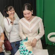 Lý Nhã Kỳ hạnh phúc mừng sinh nhật cùng fans trên trường quay