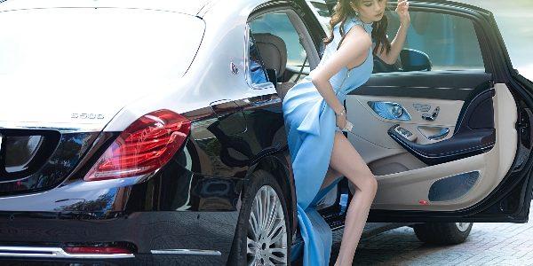Ngọc Trinh xuất hiện bên xe sang trị giá khoảng 12 tỷ đồng