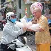 Color Man trải nghiệm bán hàng rong để giúp đỡ các mảnh đời khó khăn
