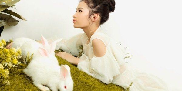 Mẫu nhí Bảo Hà hóa chị Hằng, chụp ảnh ngọt ngào cùng thỏ ngọc