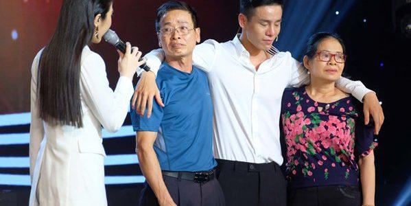 Nam vương Cao Xuân Tài khóc nghẹn ôm bố mẹ trên sóng truyền hình