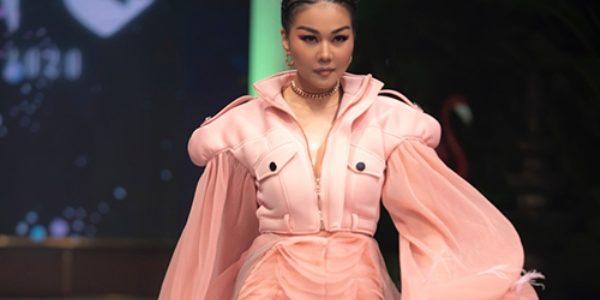 Thanh Hằng mặc 'áo độc' trên sàn diễn