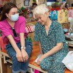 Trà Ngọc Hằng mang bánh tự tay làm tặng người già neo đơn