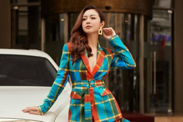 Jennifer Phạm mặc đồ công sở khoe dáng