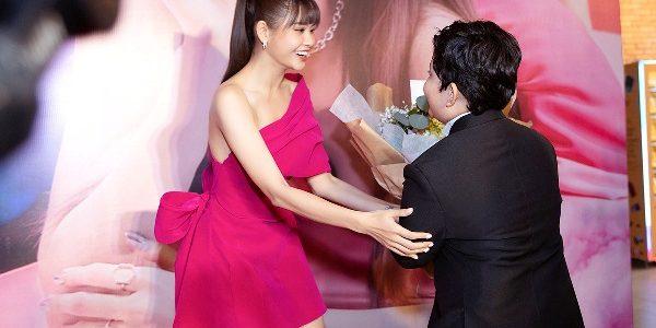 Bé Sushi ôm hoa đến mừng mẹ Trương Quỳnh Anh ra mắt MV