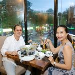 Nhạc sĩ Đức Huy cùng vợ trẻ tình tứ đến ủng hộ Nguyên Khang