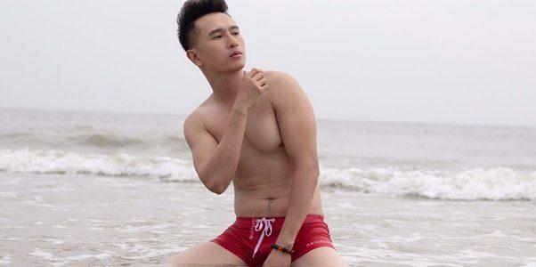 Hồ Quang Ngọc tái xuất khoe vẻ đẹp nam tính giữa biển xanh