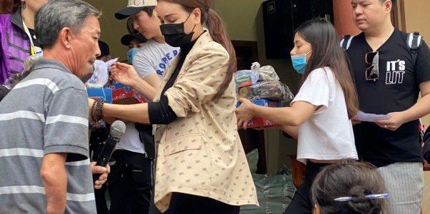Sao Việt đồng loạt ủng hộ, giúp bà con miền Trung gặp thiên tai