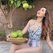 Minh Thư 'Gái nhảy' mặc bikini hái bưởi