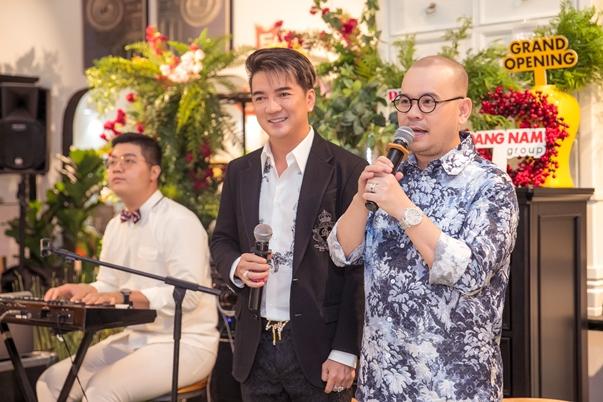 Mr Đàm lần đầu trổ tài MC trong tiệc khai trương Phố Xinh