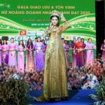 Á Hoàng Trà My đấu giá áo dài trong BST Cúc Họa Mi gây quỹ giúp miền Trung