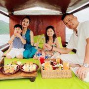 Jennifer Phạm đi biển cùng chồng con