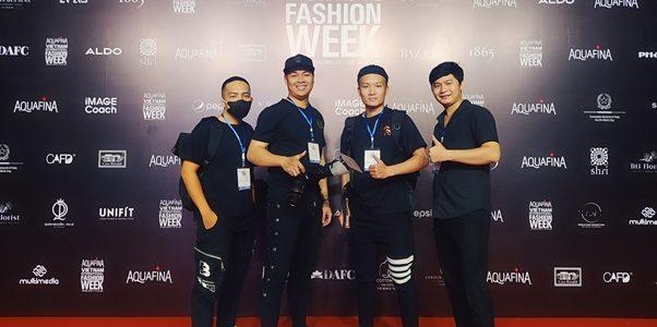 """Hậu trường """"chạy đua"""" ảnh báo chí của Tuần lễ Thời trang Việt Nam Quốc tế 2020"""