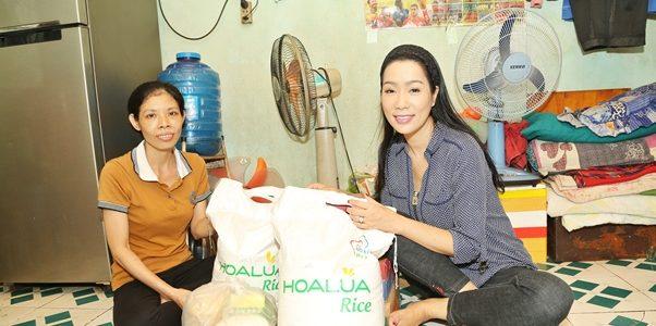 NSƯT Trịnh Kim Chi đến thăm hỏi và tặng quà cho người nghèo