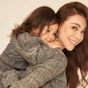 Trà Ngọc Hằng hạnh phúc ôm con gái trong bộ ảnh đón Giáng Sinh