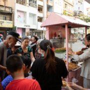 Trà Ngọc Hằng tự tay làm đồ chay phát miễn phí cho người dân