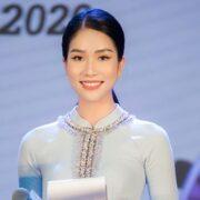 Á hậu Phương Anh trò chuyện với đại diện Miss International