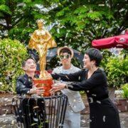 Ca sĩ doanh nhân Nguyễn Thu Trang được tặng tượng dát vàng 24K