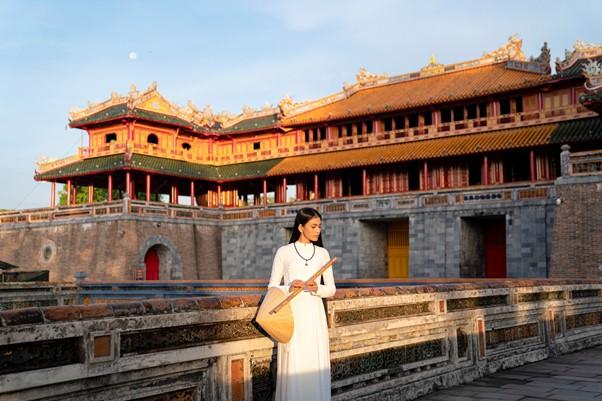 Trương Thi May mộc mạc thăm kinh thành Huế
